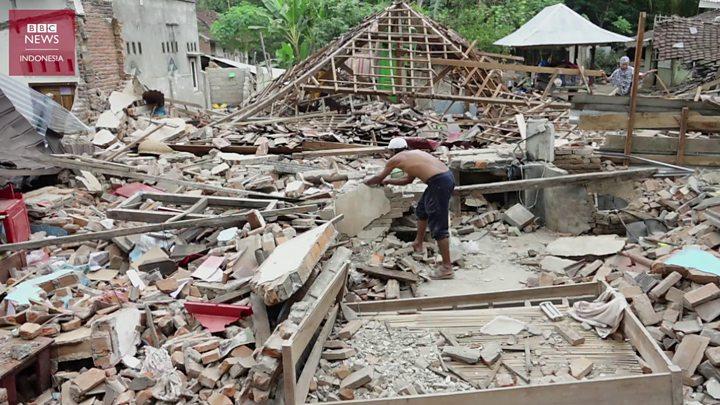 Gempa Lombok Mencari Harta Benda Di Antara Puing Rumah Yang Hancur