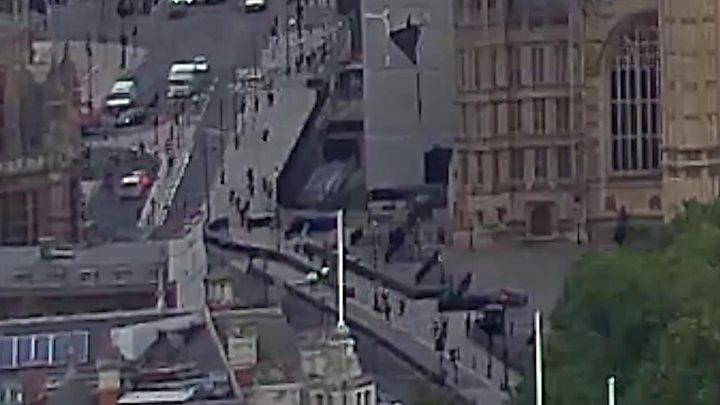 Conductor deja varios heridos al chocar contra valla del Parlamento británico