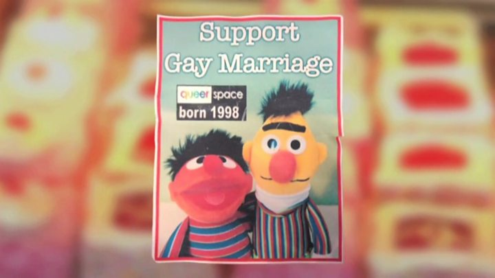 Beto y Enrique con leyenda de apoyo al matrimonio igualitario