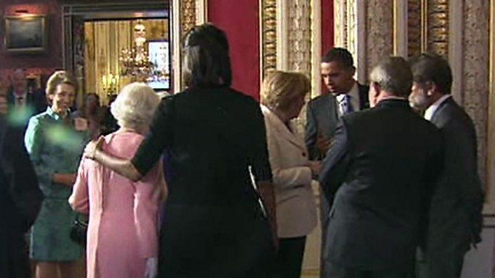 queen elizabeth michelle obama hug