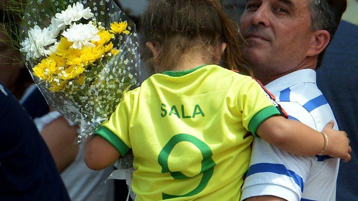 Emocionante despedida de duelo a futbolista Emiliano Sala
