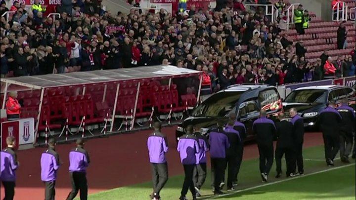 p072kp36 - Funeral crowds cheer World Cup winner Banks