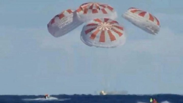 Возвращение на Землю корабля Crew Dragon: видео