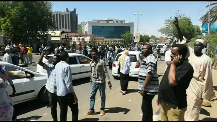 Sudan Protesters Rally outside Army HQ for 2nd Day
