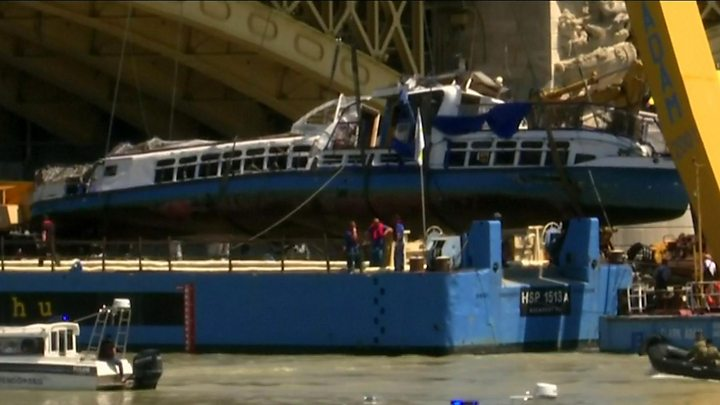 Timelapse video shows boat raised from Danube