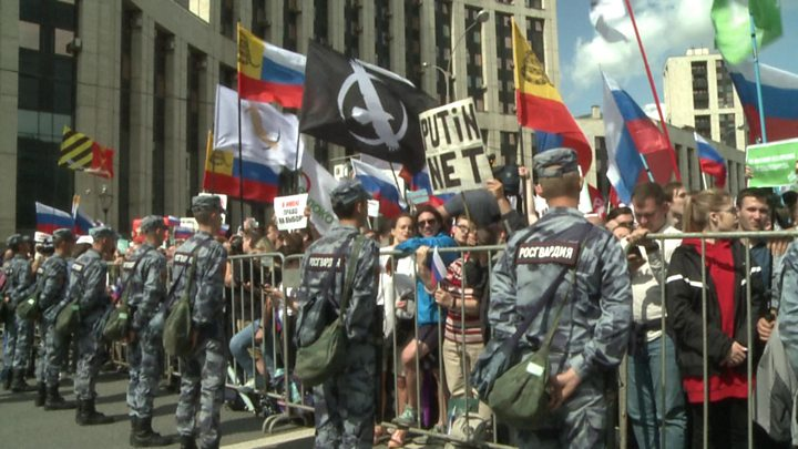 Moscow protest: Thousands demand fair elections