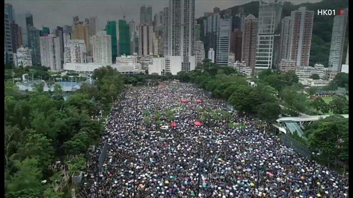 香港で大規模デモ、衝突なく 主催者発表で170万人が参加 - BBCニュース