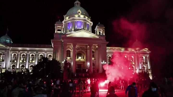 Coronavírus: Sérvia retira o toque de recolher para Belgrado após protestos 1