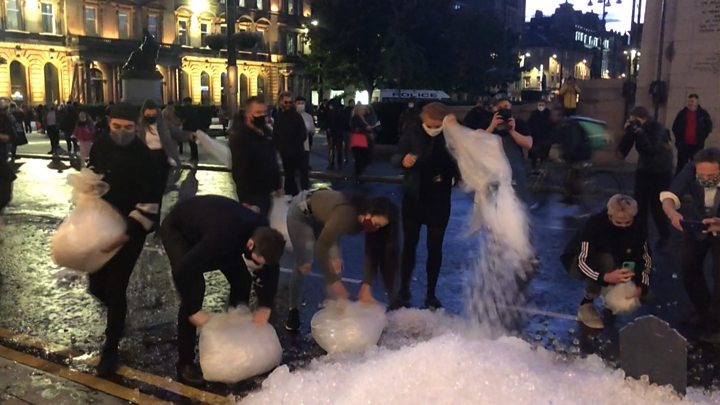 Covid in Scotland: Bar workers dump leftover ice in closure protest thumbnail