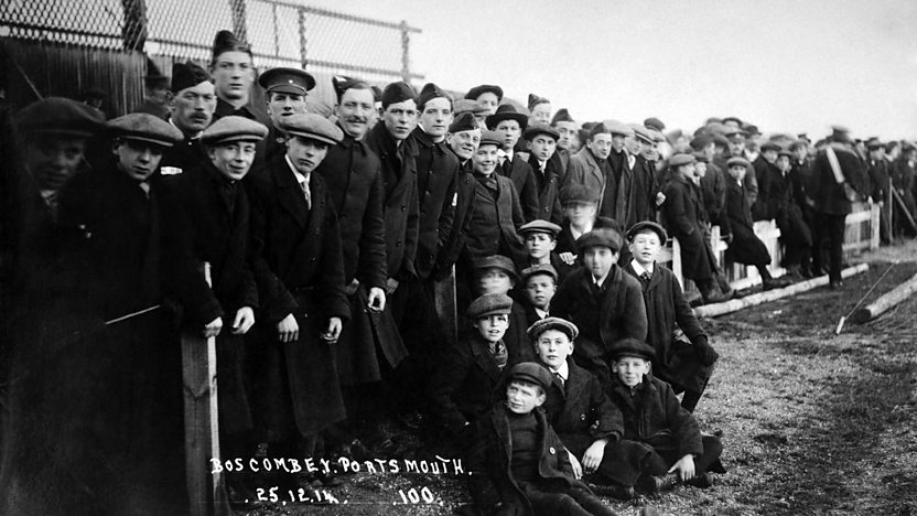 25 Aralık 1914'te Bournemouth & Boscombe v Portsmouth FC'de futbol taraftarları Boxing Day