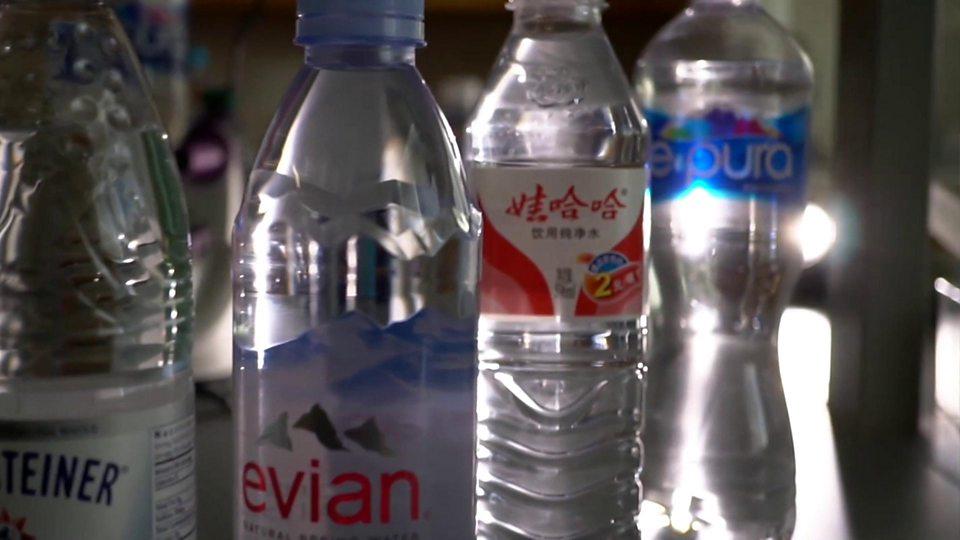 Büyük markaların şişe sularında plastik maddeler yüzüyor