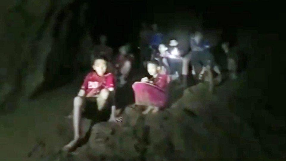 El momento en que los buzos encontraron a los 12 adolescentes atrapados en una cueva en Tailandia.