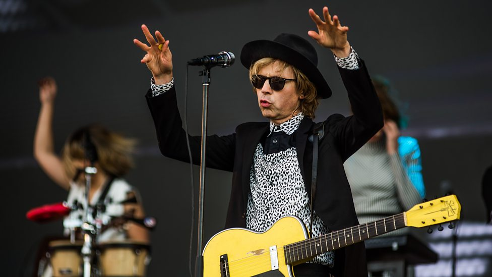 [WATCH] Beck perfoming Where It's At.