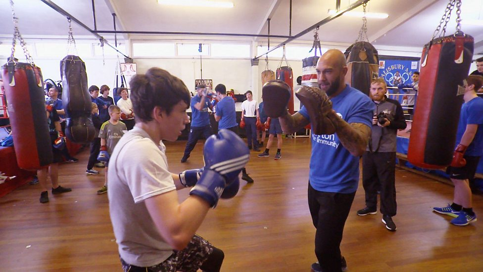 63eb59c16 Everton s Tim Howard tries out boxing to help kids get fit - BBC Sport