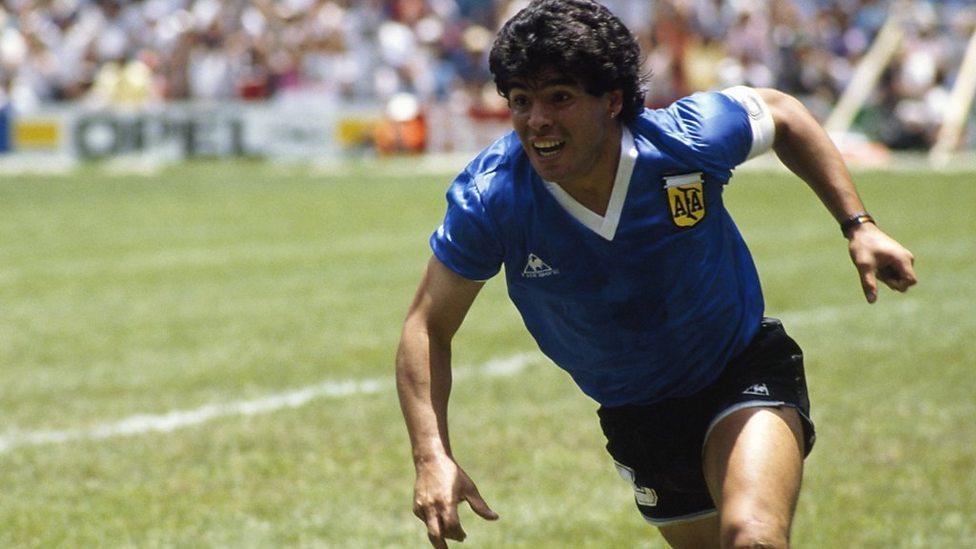 Maradona con una delle Maglie dell'argentina 1986