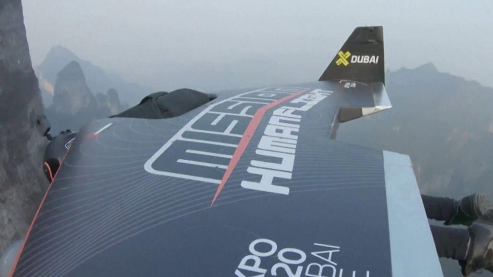Wingsuit fliers wow crowds in China