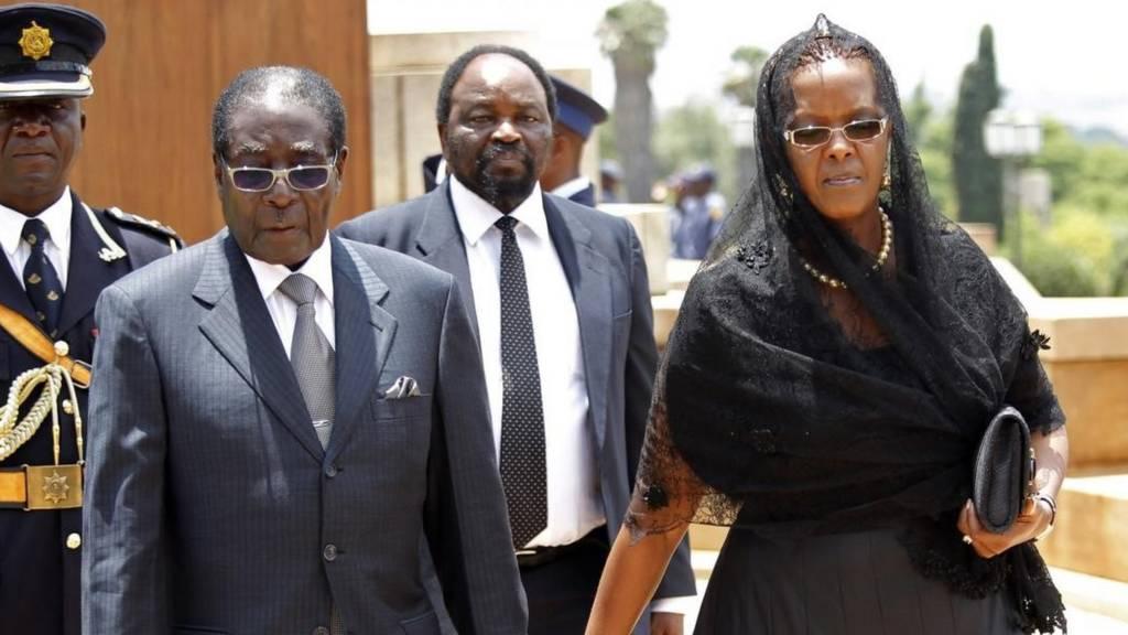 Au Zimbabwe, des blindés de l'armée contrôlent ce matin les accès au Parlement, au siège delà Zanu PF, le parti au pouvoir, et aux bureaux où le président Robert Mugabe réunit son gouvernement.