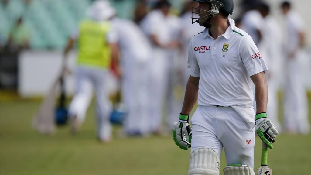 AB de Villiers leaves the field