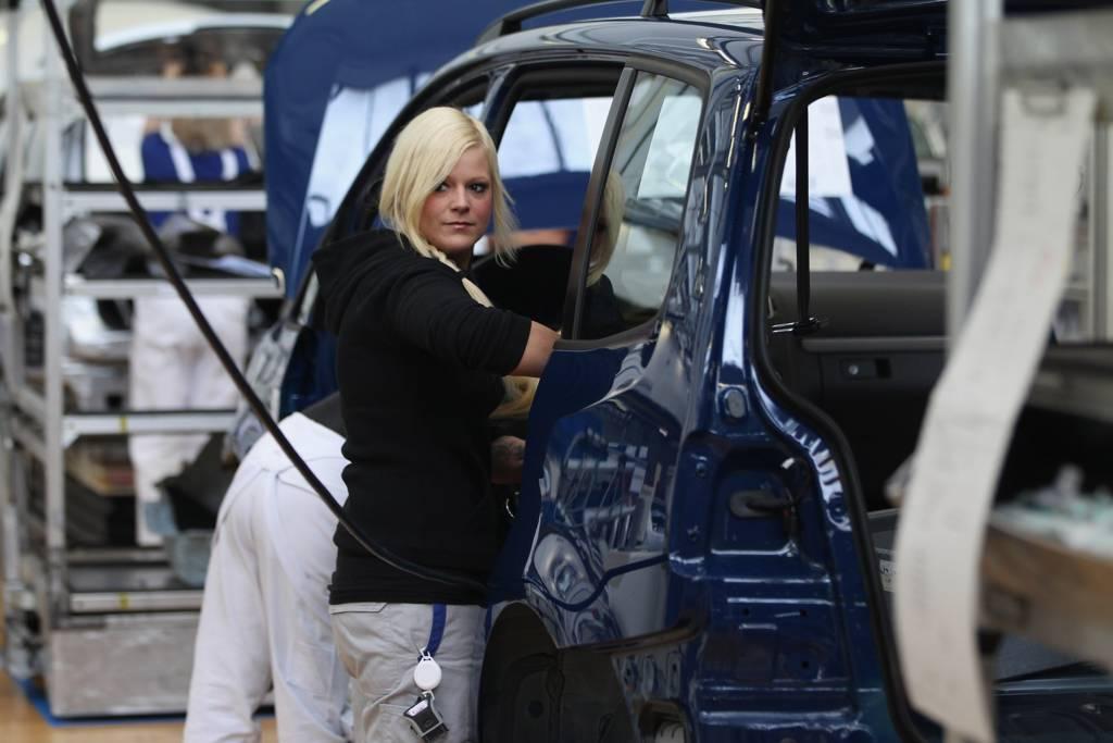 عاملات في خط تجميع سيارات في ألمانيا