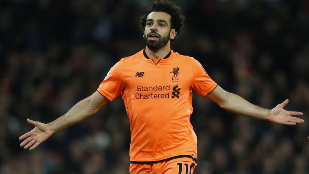 محمد صلاح المهاجم المصري في نادي ليفربول يحتفل بهدفه في مرمى أرسنال