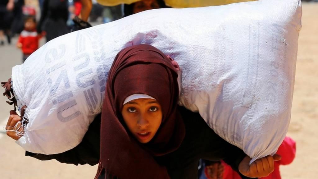 فتاة سورية تعبر المعبر الى سوريا