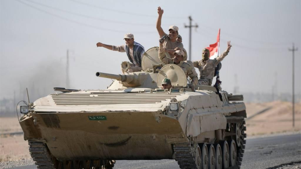 Irak askerleri tankta