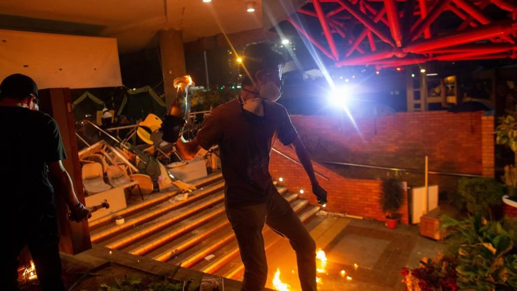 Người biểu tình ném bom xăng bên trong Polytechnic University of Hong Kong ngày 18/11