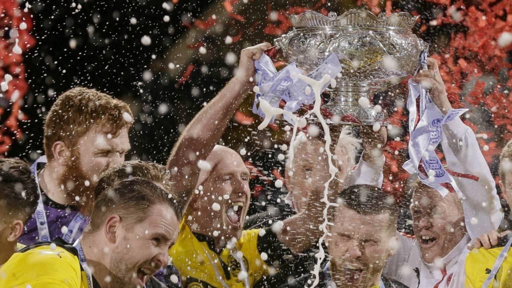 Cliftonville lift the 2015-2016 League Cup Final trophy