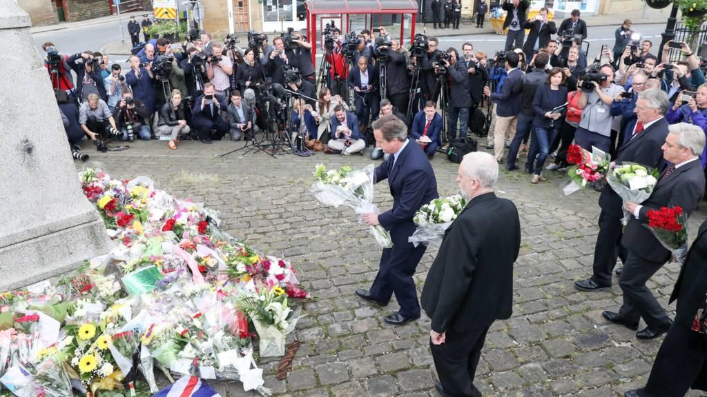Cameron places floral tribute