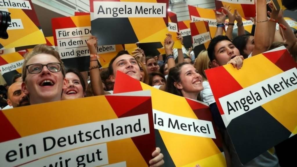 Angela Merkel's supporters cheer in Berlin. Photo: 24 September 2017