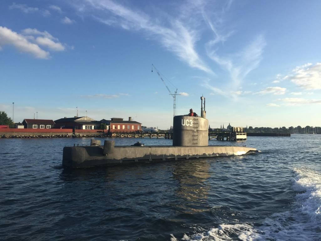 السويدية والدنماركي على ظهر الغواصة