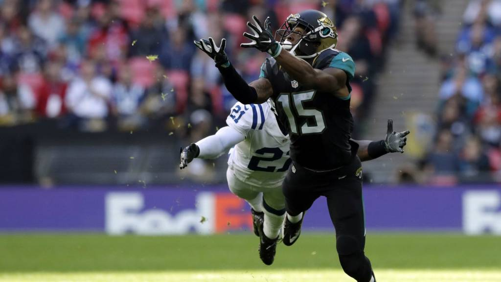 Allen Robinson goes for a catch
