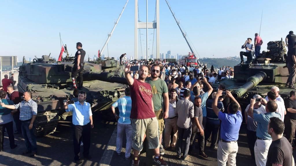 Люди на мосту и на танках