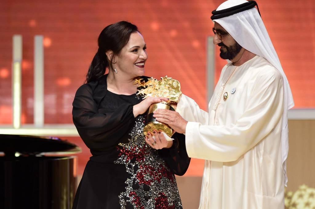 تسليم جائزة أفضل معلمة في العالم