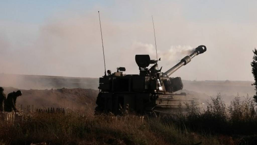 Israeli soldiers work on an artillery unit