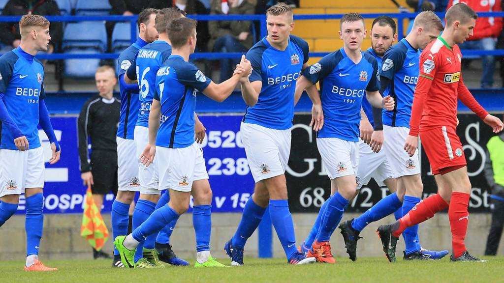 Glenavon against Cliftonville