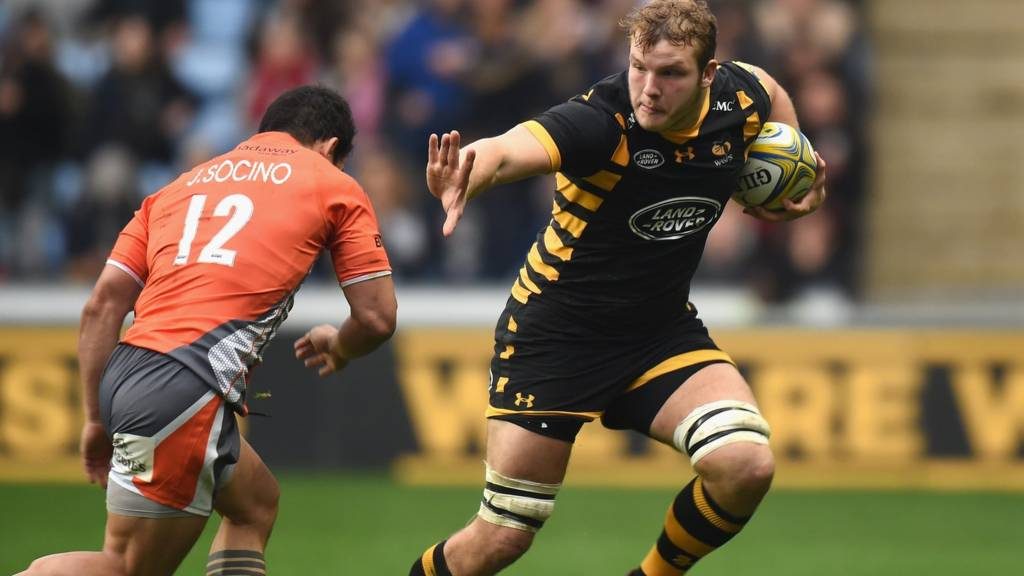 Joe Launchbury of Wasps holds off a tackle by Juan Pablo Socino