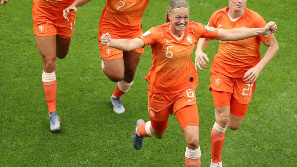 Netherlands beat Canada 2-1 to top Women's World Cup Group E