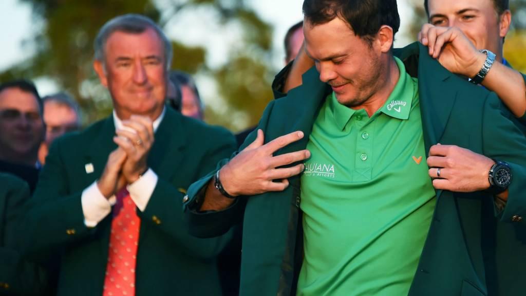 Jordan Spieth hands Danny Willett the green jacket