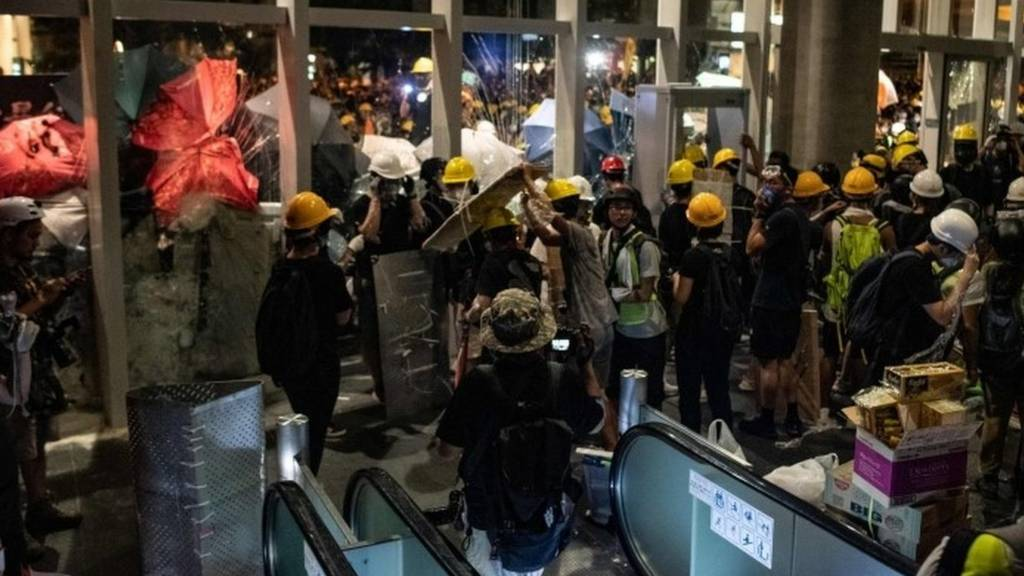 Protesters break into the government headquarters in Hong Kong. Photo: 1 July 2019