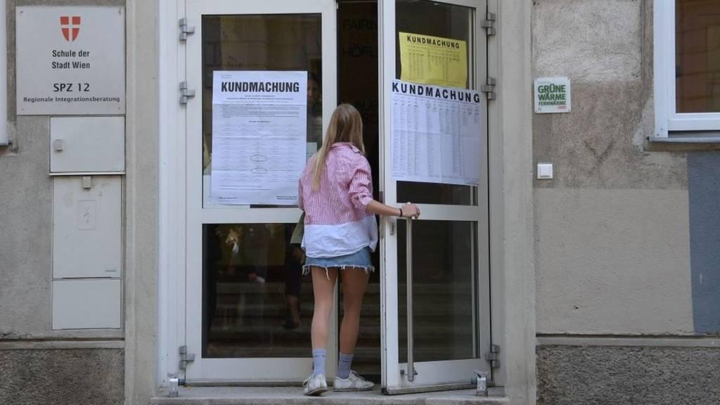 ناخبة تدخل مركز تصويت في فيينا