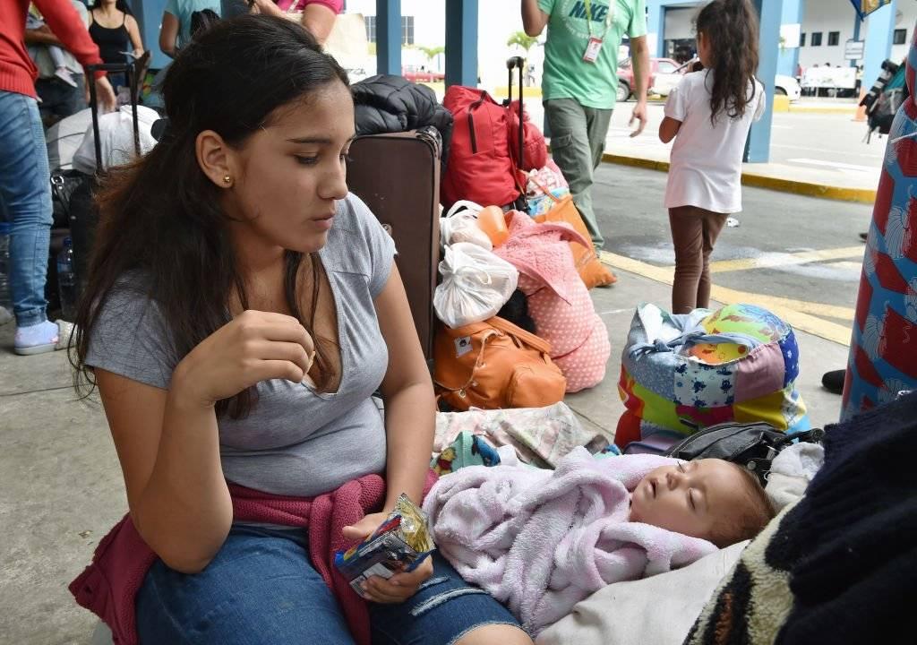 مهاجرة فنزويلية مع طفلتها