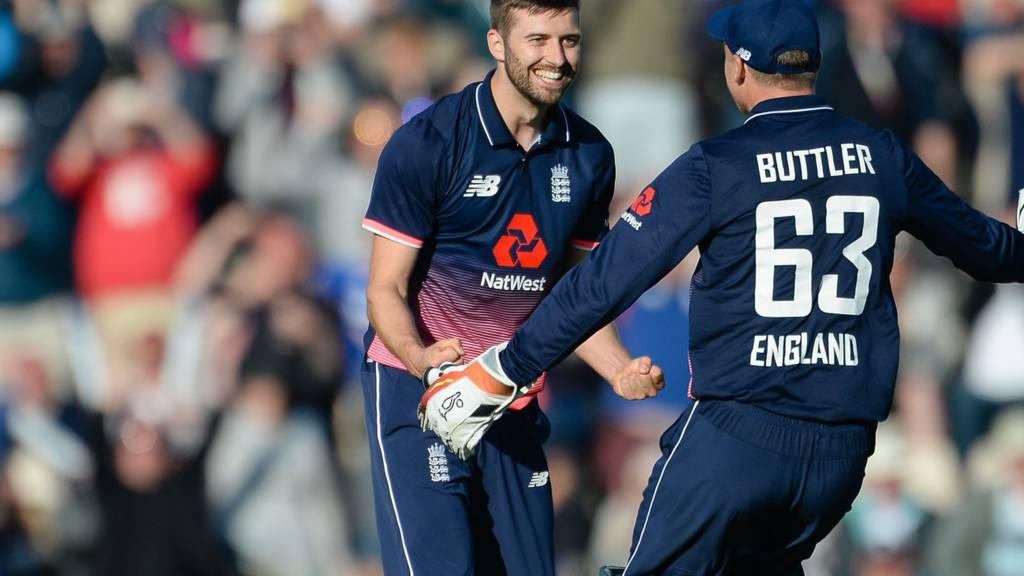 Mark Wood and Jos Buttler celebrate