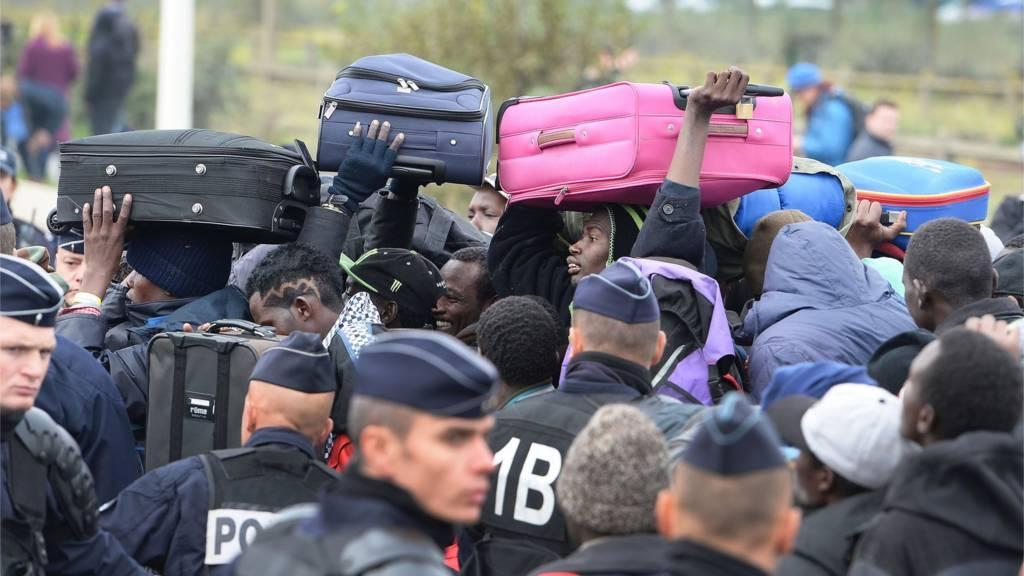 migrants queue