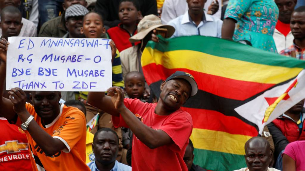 People wait for the inauguration ceremony to swear in Zimbabwe's Emmerson Mnangagwa as president in Harare, Zimbabwe, 24 November 2017