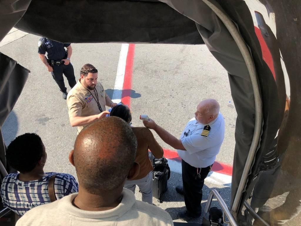 فحص ركاب الطائرة الإماراتية في مطار أمريكي بنيويورك