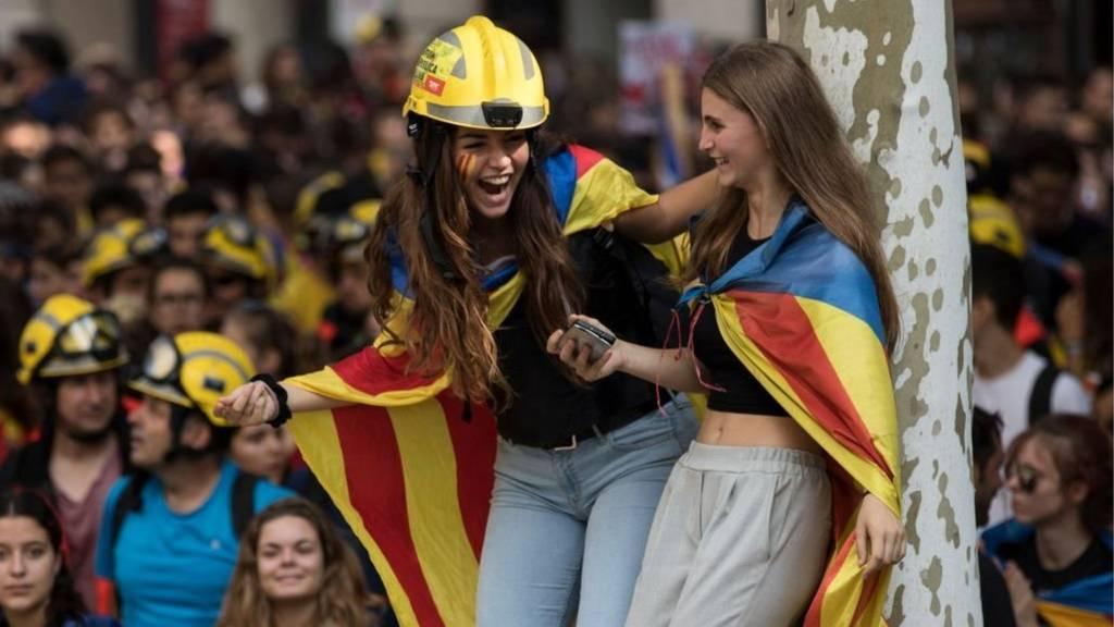 طلاب برشلونة يحتجون على الحكومة الاسبانية