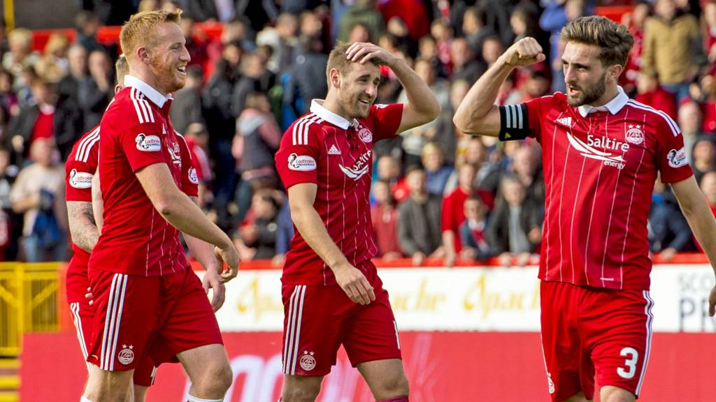 The Aberdeen players celebrate beating Rangers 2-1