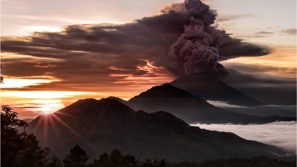 آتشفشان اندونزی بسیاری از پروازها را مختل کرد