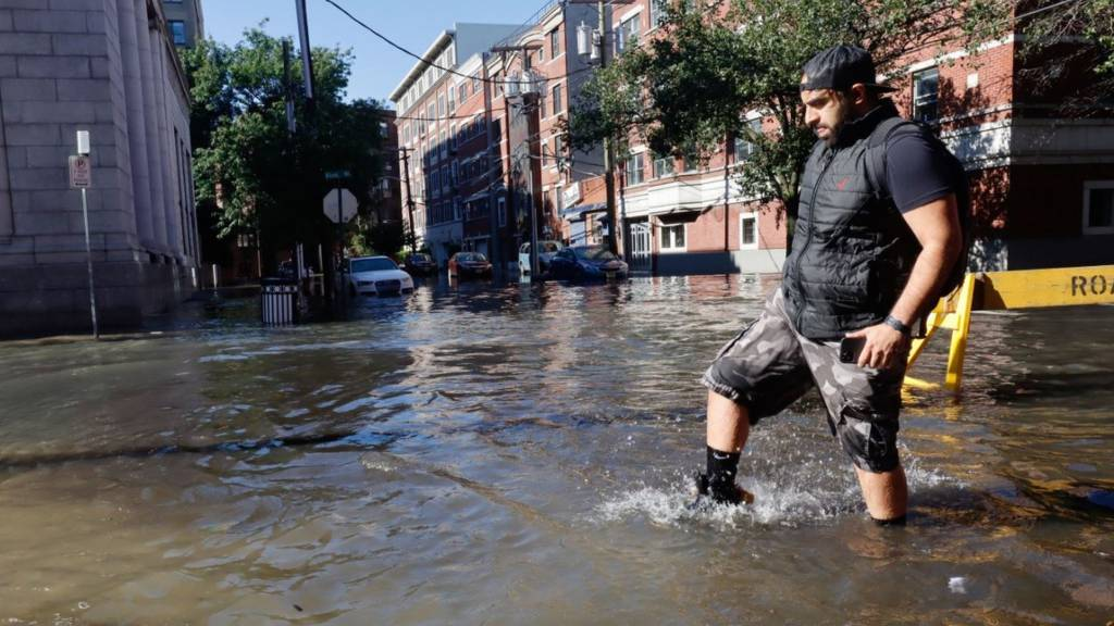 New York floods: Storm Ida kills people trapped in their basement homes - BBC News